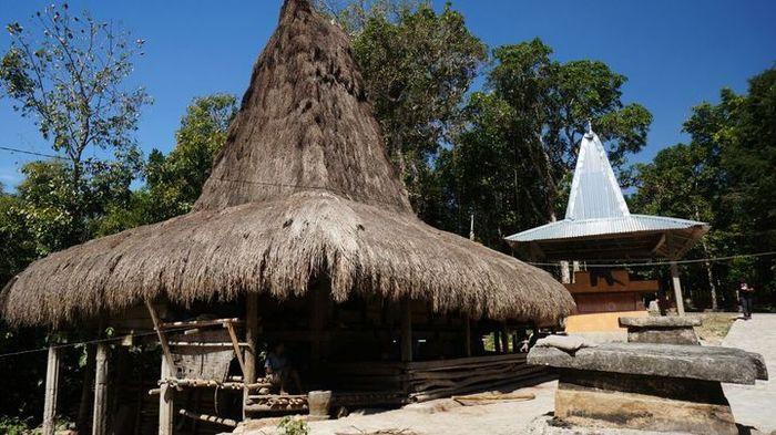 Rumah tradisional di sini berbentuk rumah panggung dan memiliki atap yang menjulang tinggi seperti menara. Selain digunakan sebagai tempat penyimpanan bahan makanan, penduduk lokal juga meyakini bahwa Marapu menyaksikan mereka dari menara ini.