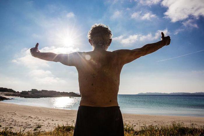 Morandi berlatih tai chi di pantai di pagi hari, menyerap sinar matahari dan menghirup udara asin.