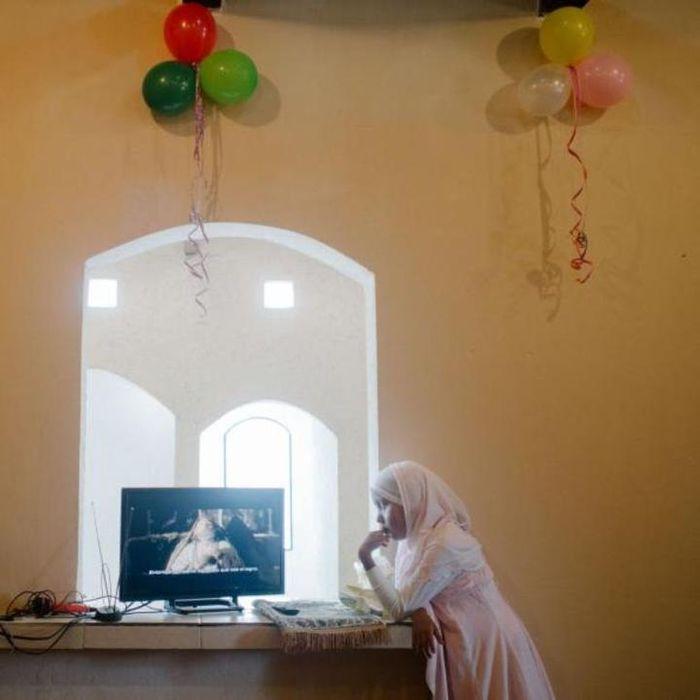Ramka yang berusia sebelas tahun menonton film tentang Perawan Maria saat Hari Raya Idul Adha.