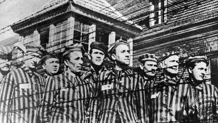 Beberapa tahanan di kamp konsentrasi Auschwitz.