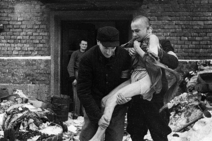 Ivan Dudnik, anak laki-laki berusia 15 tahun, diselamatkan dari kamp Auschwitz.