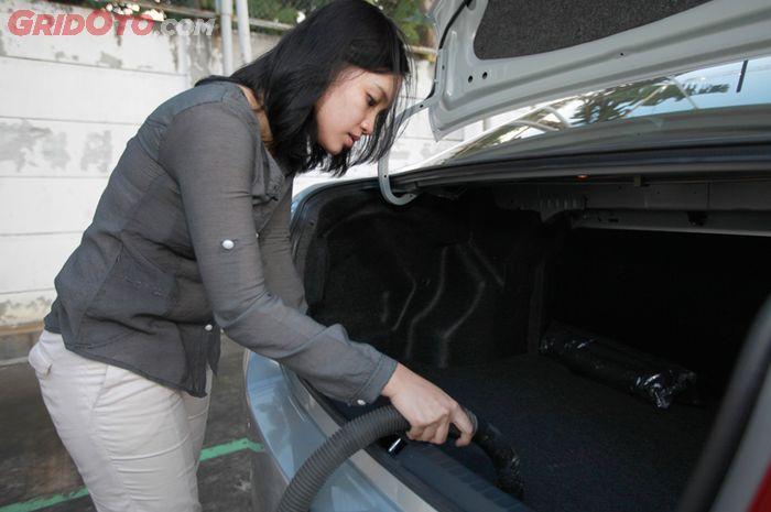 Membersihkan bagasi mobil