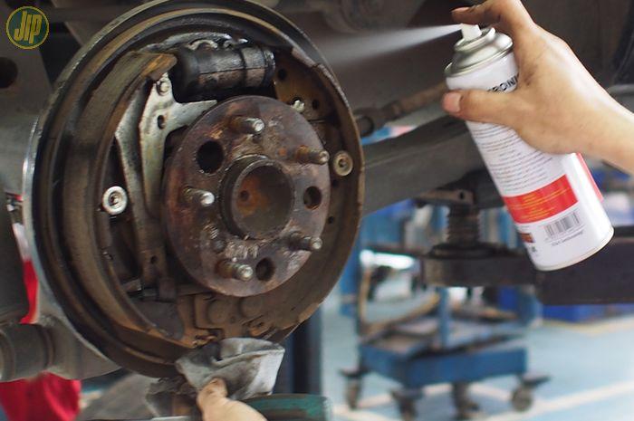 Membersihkan rem dengan brake cleaner
