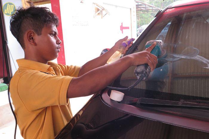 Memperbaiki kaca mobil