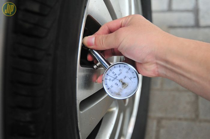 Pengecekan tekanan angin ban mobil