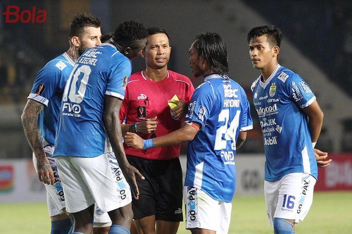 Kapten Persib Bandung Hariono (kedua dari kanan) dan tiga rekannya protes wasit saat menghadapi PS Tira-Persikabo dalam laga pembuka Piala Presiden 2019 di Stadion Si Jalak Harupat, Soreang, Kabupaten Bandung, Sabtu (2/3/2019) sore WIB.