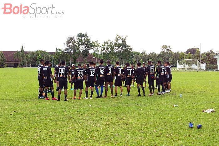 Para pemain Persipura Jayapura, sedang melakukan sesi latiha di Lapangan Demon, Kota Magelang, Jawa Tengah, Jumat (8/3/2019).