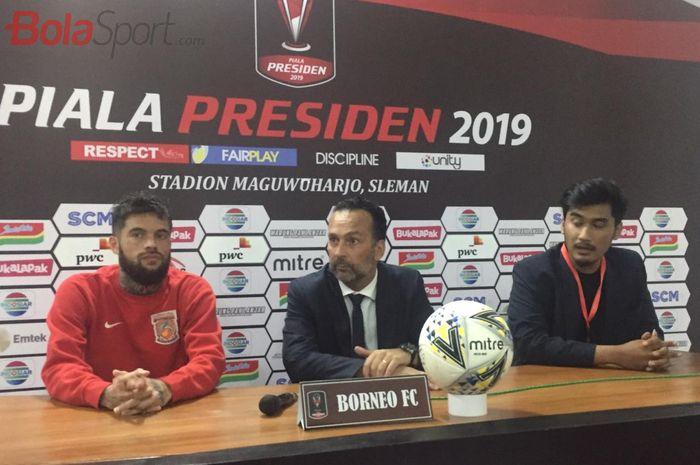Pelatih Borneo FC, Fabio Lopez, didampingi Diego Michiels saat jumpa pers seusai laga kontra PSS Sleman di Grup D Piala Presiden 2019 pada Jumat (8/3/2019) malam.