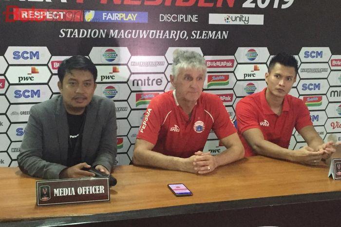 Pelatih Persija Jakarta, Ivan Kolev ditemani kipee Shahar Ginanjar saat jumpa pers pasca laga kontra PSS Sleman, Jumat (15/3/2019) malam.