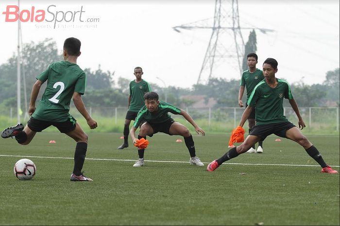 Pemain Timnas U-16 Indonesia menjalani pemusatan latihan di National Youth Training Center (NYTC), Sawangan, Depok, Jawa Barat, Senin (13/5/2019). Timnas asuhan Bima Sakti ini disiapkan untuk  Piala AFF U-16  2019.