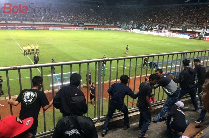 Laga PSS Sleman melawan Arema FC untuk sementara waktu diberhentikan terlebih dahulu akibat kerusuhan yang dilakukan suporter di Stadion Maguwoharjo, Sleman, Yogyakarta, Rabu (15/5/2019),