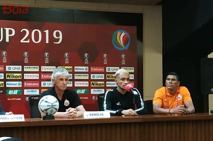 Pelatih dan pemain Persija Jakarta, Ivan Kolev serta Bruno Matos, saat memberikan keterangan pers seusai laga Piala AFC 2019 kontra Shan United, Rabu (15/5/2019).
