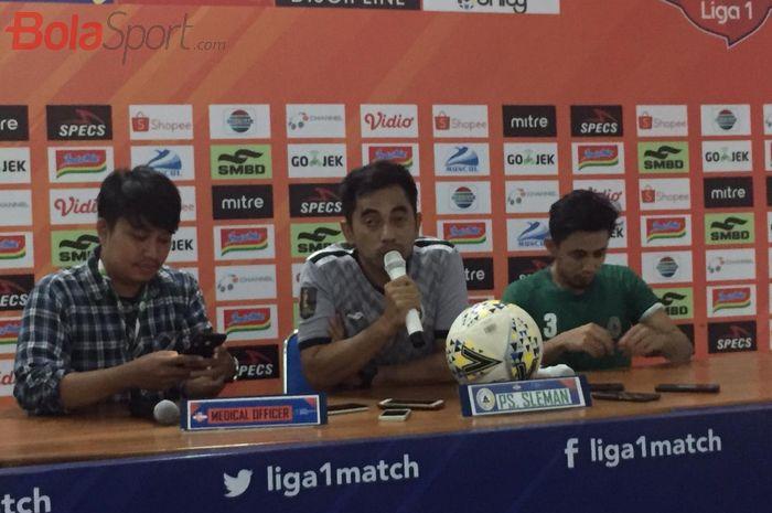 Pelatih PSS Sleman, Seto Nurdiantoro ditemani sang kapten yanki Bagus Nirwanto saat jumpa pers di Stadion Maguwoharjo, Jumat (24/5/2019) sore.
