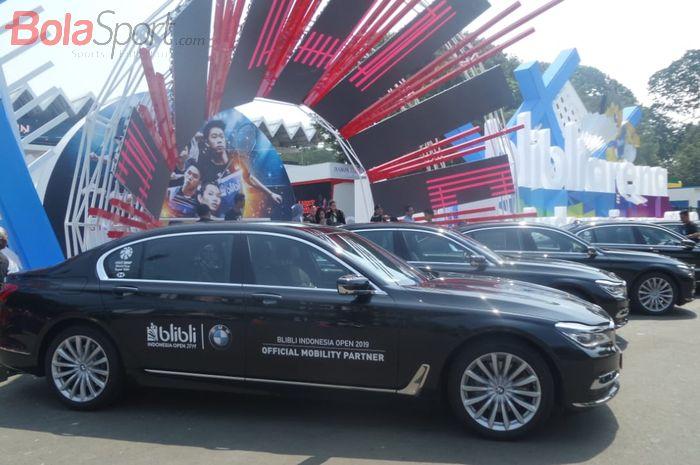 Barisan mobil BMW 740Li yang menjadi kendaraan resmi para atlet elite dan ofisial BWF pada turnamen Indonesia Open 2019.
