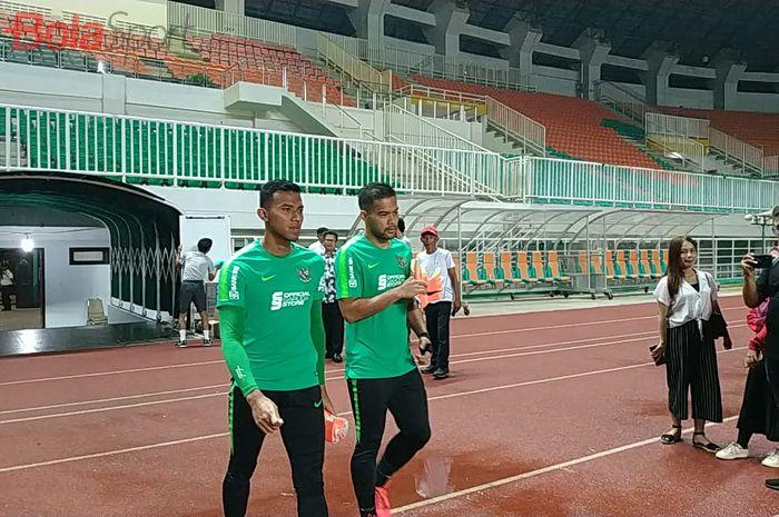 Kiper timnas Indonesia, Andritany Ardhiyasa dan Teja Paku Alam, bersiap menjalani sesi latihan di Stadion Pakansari, Kab Bogor, 22 Agustus 2019.
