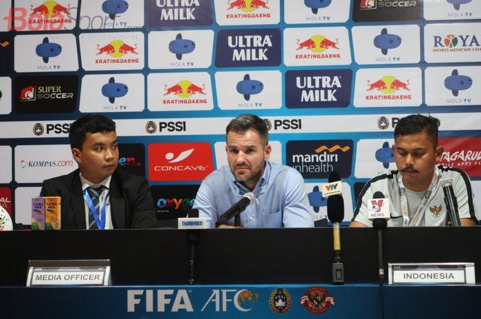 Pelatih timnas Indonesia, Simon McMenemy (tengah) pada sesi jumpa pers usai laga kontra Vietnam dalam lanjutan Kualifikasi Piala Dunia 2022 di Stadion Kapten I Wayan Dipta Bali, Selasa (15/10/2019).
