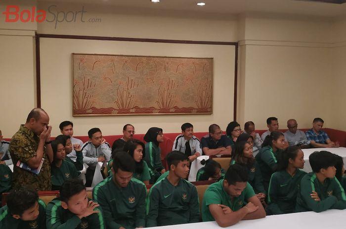 Skuad timnas U-22 Indonesia dan timnas Putri Indonesia saat mendengarkan pesan-pesan dari Ketua Umum PSSI, Mochamad Iriawan serta Menpora, Zainudin Amali, di Jakarta, Jumat (8/11/2019).