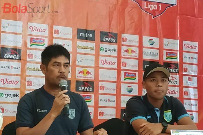 Pelatih dan pemain Persela Lamongan, Nilmaizar serta Feri Sistianto dalam jumpa pers di Cikarang, Kabupaten Bekasi, Kamis (14/11/2019).