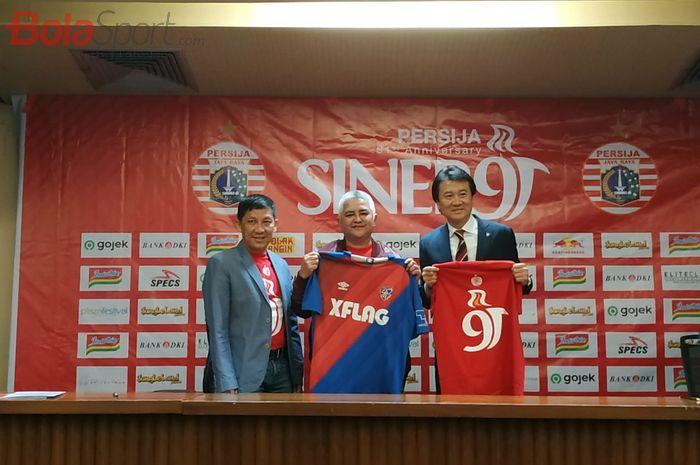 CEO dan Direktur Utama Persija Jakarta, Ferry Paulus dan Ambono Janurianto serta Presiden FC Tokyo Naoki Ogane dalam peresmian kerja sama kedua klub, Kamis (28/11/2019).