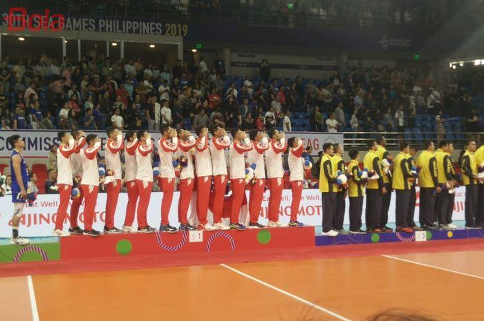Tim voli putra Indonesia pada podium pertama SEA Games 2019 di Philsports Arena, Manila, Selasa (10/12/2019).