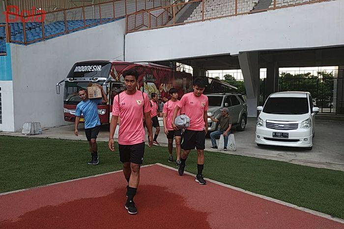 Para pemain timnas U-19 Indonesia memasuki Stadion Wibawa Mukti, Cikarang, Kabupaten Bekasi dengan memakai jersey Warrix pada latihan perdana, Senin (13/1/2020).