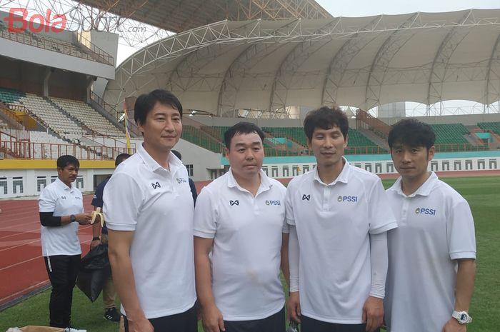Lee Jae-hong (paling kanan), Gong Oh-kyun (kedua dari kanan) bersama jajaran pelatih timnas Indonesia dari Korea Selatan di Stadion Wibawa Mukti, Cikarang, Senin (13/1/2020).