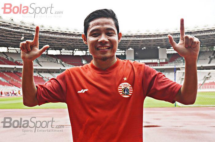 Gelandang Persija Jakarta, Evan Dimas, latihan perdana di Stadion Utama Gelora Bung Karno, Jakarta dengan berseragam Persija Jakarta .
