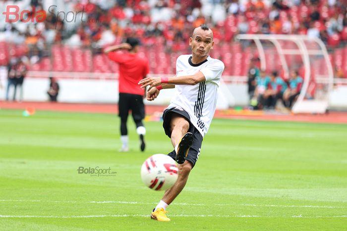 Pemain Sayap Persija Jakarta, Riko Simanjuntak, sedang melakukan latihan  jelang laga melawan Borneo FC di Stadion Gelora Bung Karno (1/3/2020)