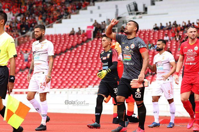 Kiper Persija Jakarta, Andritany Ardhiyasa, sedang memasuki lapangan laga melawan Borneo FC di Stadion Gelora Bung Karno (1/3/2020)