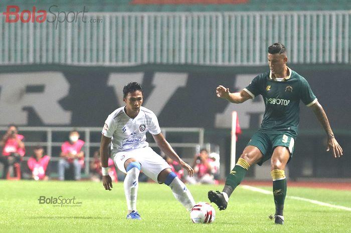 Penyerang Persikabo, Alex Dos Santos Goncalves, berusaha melewati Alfarizi, saat laga Persikabo melawan Arema FC di Stadion Pakansari, Bogor (2/3/2020)