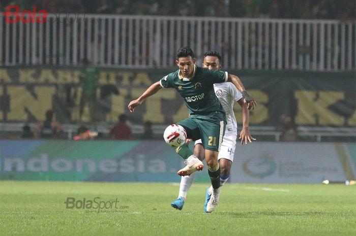 Penyerang Persikabo, Silvio Escobar, sedang mencoba kontrol bola saat laga Persikabo melawan Arema FC di Stadion Pakansari, Bogor (2/3/2020)