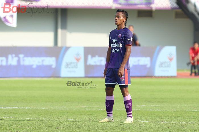 Bek Persita Tanggerang, Muhammad Toha menghadapi PSM Makassar  di Stadion Sport Centre, Tangerang (6/3/2020)