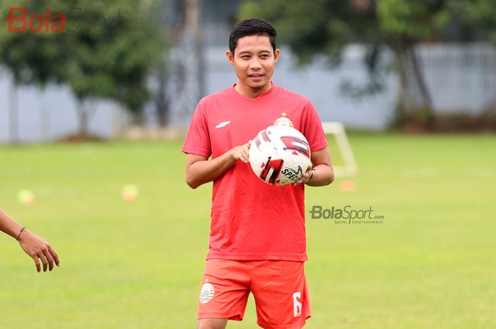 Gelandang Persija Jakarta, Evan Dimas, sedang menjalani latihan di Lapangan Sutasoma, Halim, Jakarta Timur (11/3/2020)