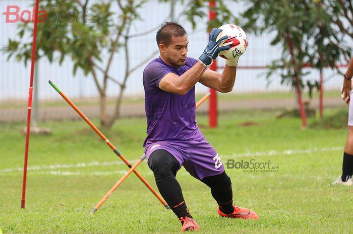 Kiper Persija Jakarta, Andritany Ardhiyasa , sedang menjalani latihan di Lapangan Sutasoma, Halim, Jakarta Timur (11/3/2020)