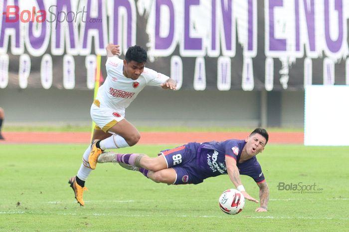 Asnawi Mangkualam menjatuhkan Mateo Bustos ketika laga Persita Tanggerang melawan PSM Makassar di Stadion Sport Center, Kelapa Dua, Tanggerang (6/3/2020)
