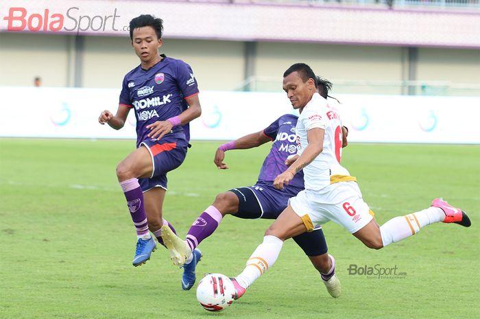 Penyerang PSM Makassar, Ferdinand Sinaga, sedang berusaha melakukan shooting ketika laga Persita Tanggerang melawan PSM Makassar di Stadion Sport Center, Kelapa Dua, Tanggerang (6/3/2020)
