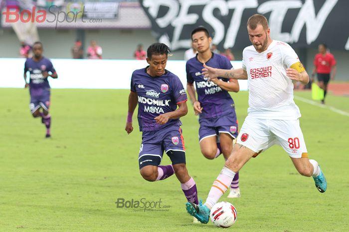 Wiljan Pluim berusaha melewati Muhammad Toha ketika laga Persita Tanggerang melawan PSM Makassar di Stadion Sport Center, Kelapa Dua, Tanggerang (6/3/2020)