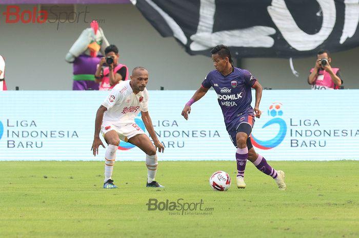 Bek Persita Tanggerang, Muhammad Toha, sedang berusaha melewati Roni Beroperay, ketika laga Persita Tanggerang melawan PSM Makassar di Stadion Sport Center, Kelapa Dua, Tanggerang (6/3/2020)
