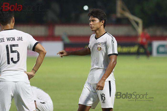 Bek Bhayangkara FC, Achmad Jufriyanto, sedang latihan jelang laga menghadapi Persija Jakarta di Stadion PTIK, Melawai, Jakarta Selatan (14/3/2020)