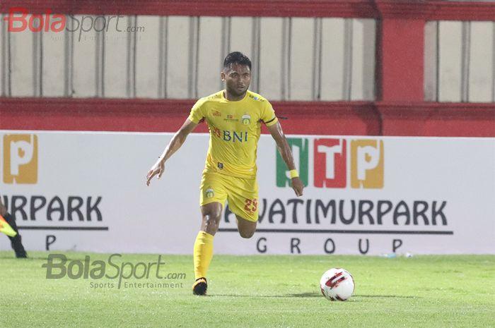 Pemain sayap Bhayangkara FC, Saddil Ramdani, sedang menggiring bola  ketika laga Bhayangkara FC malawan Persija Jakarta di Stadion PTIK, Melawai, Jakarta Selatan (14/3/2020)