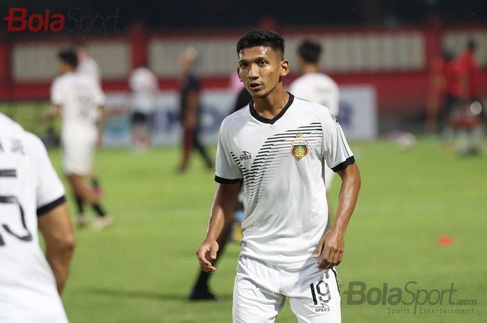 Gelandang Bhayangkara FC, Teuku Muhammad Ichsan, sedang latihan jelang laga menghadapi Persija Jakarta di Stadion PTIK, Melawai, Jakarta Selatan (14/3/2020)