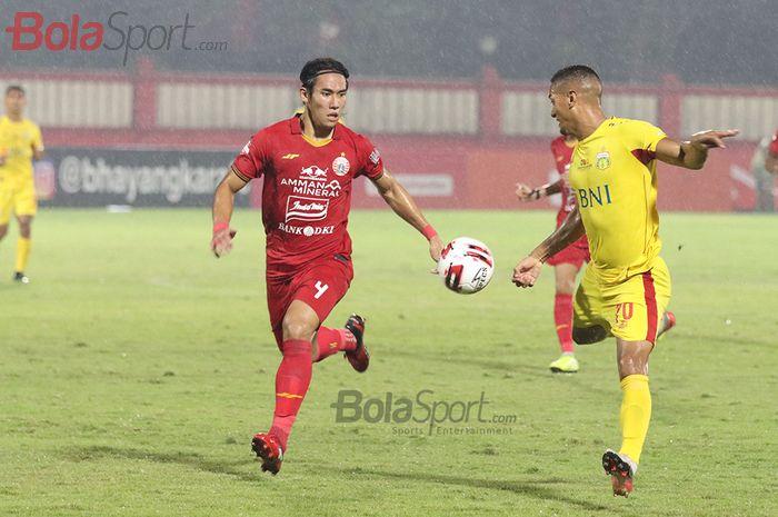 Ryuji Utomo sedang berebut bola dengan Renan Silva ketika Persija Jakarta melawan Bhayangkara FC  di Stadion PTIK, Melawai, Jakarta Selatan (14/3/2020)