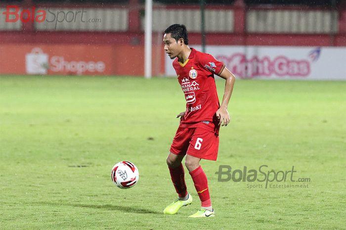 Gelandang Persija Jakarta, Evan Dimas, sedang melakukan penguasaan bola, ketika laga Bhayangkara FC malawan Persija Jakarta di Stadion PTIK, Melawai, Jakarta Selatan (14/3/2020)