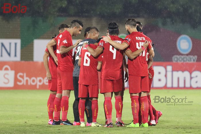 Skuad Persija Jakarta sedang melakukan persiapan saat melawan Bhayangkara FC di Stadion PTIK, Melawai, Jakarta Selatan (14/3/2020)