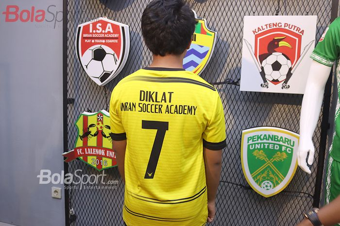 Salah satu pemain Diklat Imran Soccer Academy turut menghadiri acara launching mega store Adhoc di Prima Orchard, Bekasi, Jawa Barat, 4 Oktober 2020