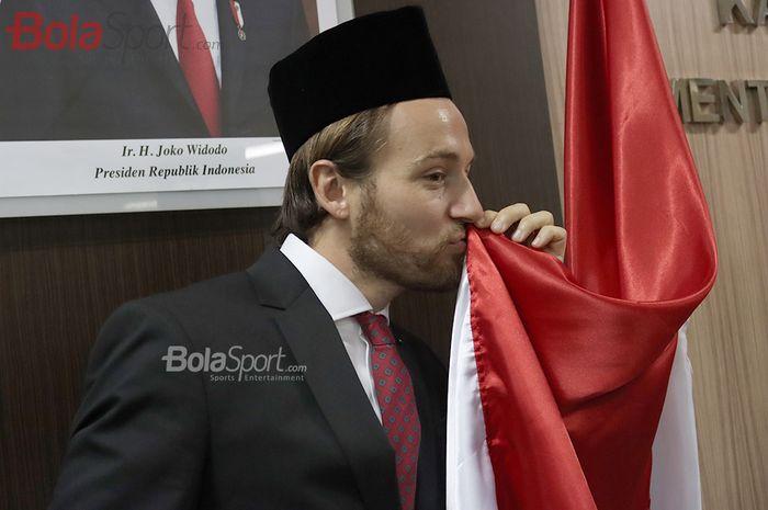 Pemain Persija, Marc Klok, mencium bendera Merah Putih ketika resmi menjadi Warga Negara Indonesia (WNI) pada 12 November 2020.