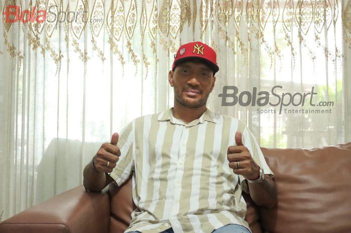 Pemain Bali United, Leonard Tupamahu, saat melakukan wawancara eksklusif dengan Bolasport.com di kediamannya di dserah Jakarta Timur, Minggu (22/11/0/2020).