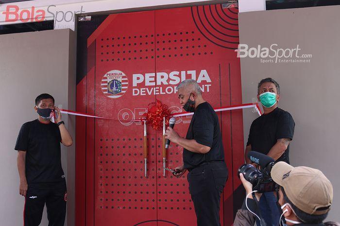 Direktur Olahraga Persija, Ferry Paulus, bersama dengan CEO Persija Jakarta, Ambono Janurianto, secara resmi meresmikan Persija Development di Lapangan NYTC, Sawangan, Depok, Jawa Barat, 28 November 2020.