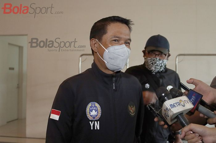 Plt Sekjen PSSI, Yunus Nusi, memberikan keterangan kepada awak media seusai melepas timnas U-19 Indonesia ke Spanyol di Hotel Fairmont, Senayan, Jakarta, 26 Desember 2020.
