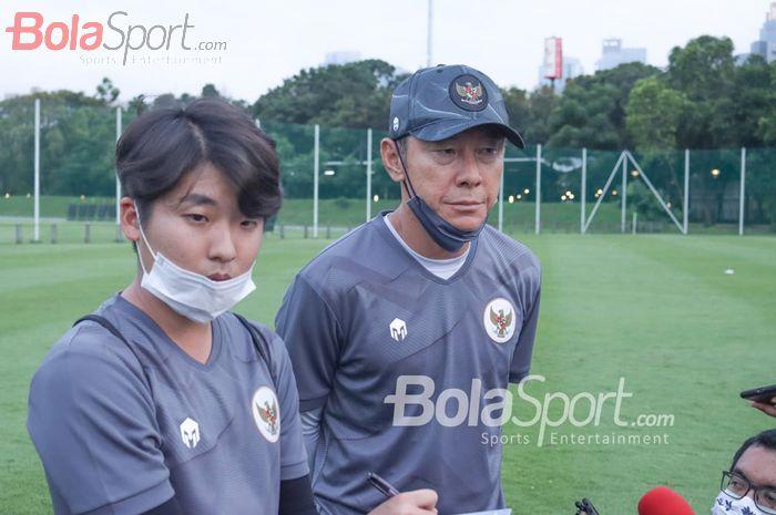 Shin Tae-yong dan penerjemahnya, Jeong Seok-seo, sedang memberikan keterangan kepada awak media seusai pemusatan latihan timnas U-22 Indonesia di Lapangan D, Senayan, Jakarta, 10 Februari 2021.